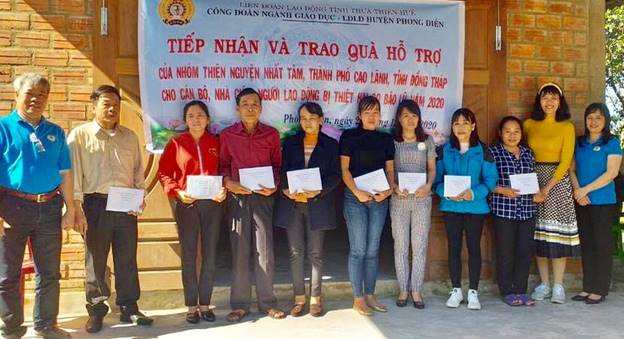Education union of Thua Thien Hue province donates gifts to help people overcome storm damage